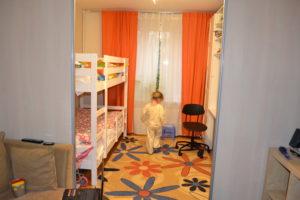 Интерьер комнаты для родителей и детей в общежитии